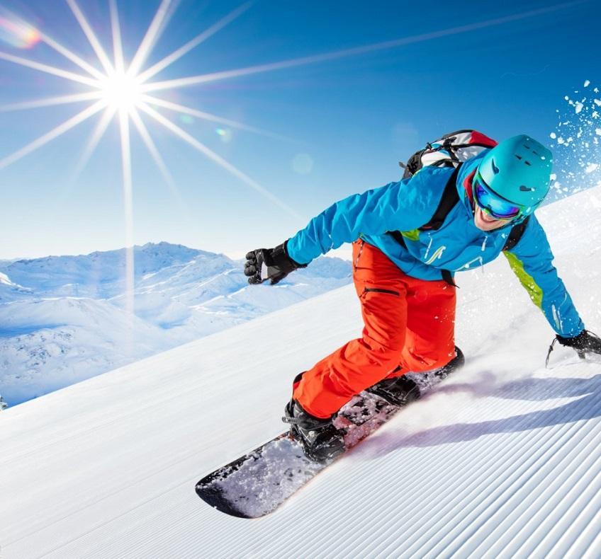 Man snowboarder riding